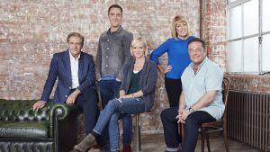 Skådespelarna i tv-serien Kalla fötter poserar framför tegelvägg