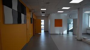 Den nya barnpolikliniken går i orange och grått.