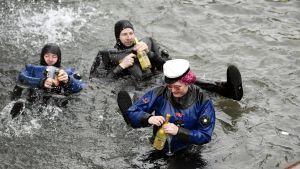 Valborgsfirare tar ett dopp i Havis Amandas bassäng