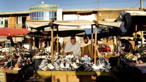 Skoförsäljare på gatan i Kabul den 6 april 2017.