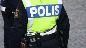 Ryggen på en polis i Sverige.