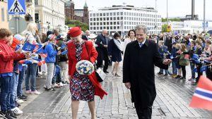 President Sauli Niinistö och Drottning Margareta bland folkmassorna på Norra Esplanaden.