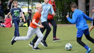 Vårberga skolas elever spelar fotboll.