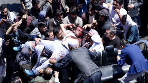 Afghanska demonstranter bär bort en skadad man i Kabul 2.6.2017.