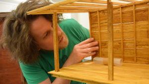 Ethan Hayes-Chute bygger ihop miniatyrmodellen av Camp Solong