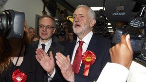 Jeremy Corbin firar på valvaka i Islington, London tidigt på morgonen.