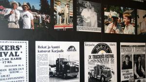 Omklädningsrum i Shell-servciestation. Väggen är prydd med affischer från Truckers festival i Karis.