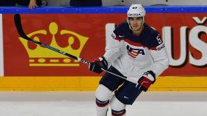 Hockeyspelaren Trevor van Riemsdyk i den vita USA-dressen.