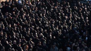 Svartklädda demonstranter, en del maskerade, i Hamburg inför G20-mötet. Bilden är tagen uppifrån.