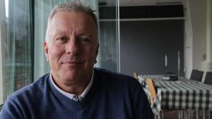 Klubbdirektör Peter Mattsson sitter ner och ler.