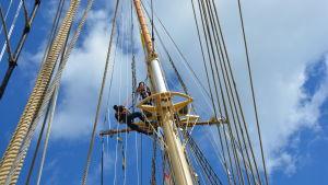 Besättningen på HSM Gladan reparerar masten.