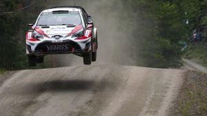 Jari-Matti Latvala flyger över ett krön