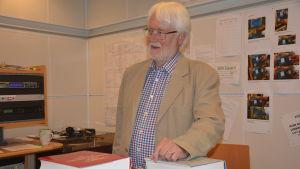 Lars Malmberg i Yle Västnylands studio.