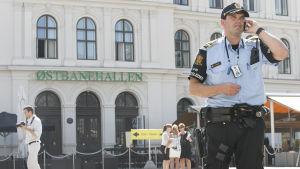 En beväpnad polis utanför järnvägsstationen i Oslo.