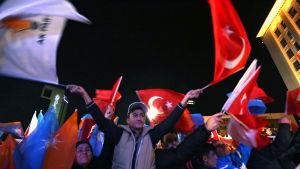 Anhängare till turkiska AKP firar i Ankara.