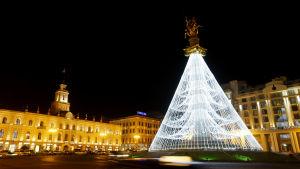 Staty av St George dekorerad till julgran i Tbilisi i georgien