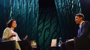 Kirjailijat Sadie Jones ja Juha Itkonen Helsinki Lit -kirjallisuusfestivaalilla
