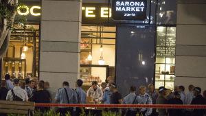 Skottlossningen utlöste panik i Sarona och ett enormt säkerhetspådrag. Israels försvarsministerium och arméhögkvarter ligger mittemot, på andra sidan gatan