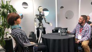 Ihmisenkaltaiset robotit vapaassa keskustelussa SXSW-messutapahtuman yleisödemossa