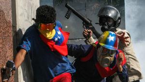 Demonstranter drabbar samman med polis i Caracas 20.5.2017