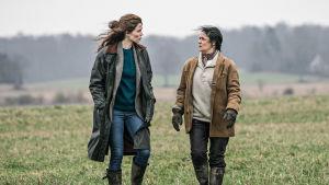 Signe och Karin går på ett fält i tredje säsongen av Arvingarna.