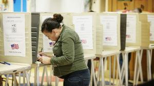 En kvinna röstar i presidentvalet i USA i november 2016, i Cincinnati i Ohio