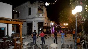 Förödelse utanför ett kafé på Kos efter jordbävningen.