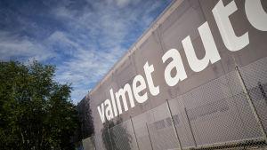 Valmet Automotiven teksti hallin seinässä.