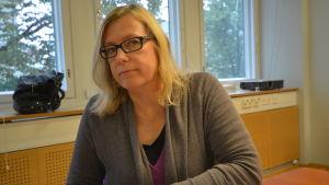 Anna Maria Gustafsson är specialiserad på språket i medierna och är en av experterna i Språkväktarna på Radio Vega.