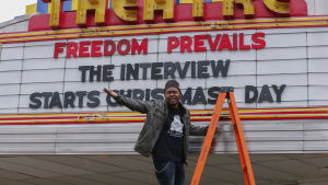 Biografföreståndaren Brandon Delayney poserar framför reklamskylten vid Plaza Theatre i Atlanta i Georgia 23.12.2014.