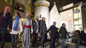 En grupp muslimer ordnade en manifestation vid synagogan i Oslo för att visa sina sympatier för judar.
