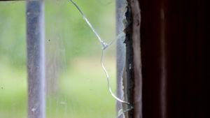 Gallren för fönstren talar lågmält om sitt historiska förflutna.