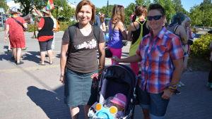 Kirsi Wikström och Maria Söderblom med dottern Aleksandra.