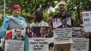 Anhöriga till MH370-offer demonstrerar utanför transportministrarnas möteslokal i Putrajaya 22.7.2016