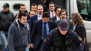 De åtta avhoppade turkiska officderarna ledsagas av polis utanför högsta domstolen i Aten 26.1.2017