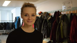 Skolkurator Johanna Karlsson i en korridor i Sarlinska skolan i Pargas