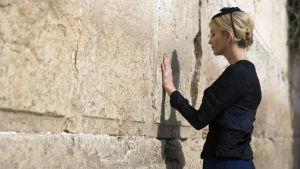Ivanka Trump lägger en hand på Klagomuren i Jerusalem