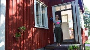 kvinna på hustrappa