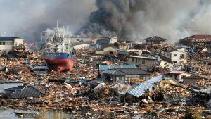 Tsunamin jälkiä Kisenuman kaupungissa Japanissa 12.3.2011.