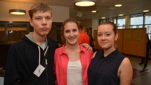 Valdis Lapo från Lettland och tjeckiskorna Lenka Vincenova och Renata Mouckova vill lära sig mera om ekologi.