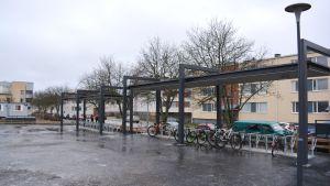 Cykelställning på Lyceiparkens skolas gård.