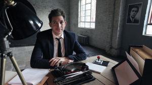 Toimittaja James Fox istuu kirjoituskoneen ääressä