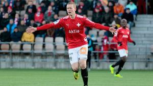 Mikael Forssell firar mål.
