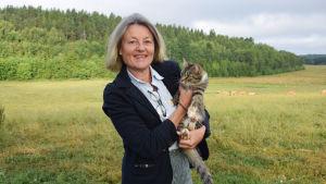 Ann Storsjö med katten Pippi i famnen.