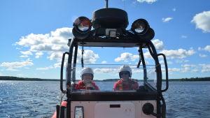 Tove Werner och Andreas Hindrén från Ekenäs sjöräddare ombord på båten Interpersona rescue