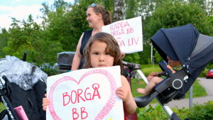 Flicka demonstrerar för Borgå bb