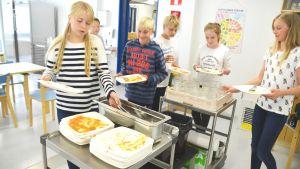 Elever vid Näse skola städar efter sig efter lunchen.