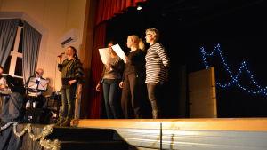 Kvinnor på scen sjunger.