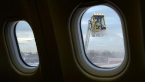 Vingarna på ett flygplan avisas vid JFK-flyplatsen i New York