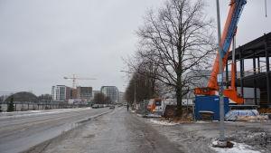 Vy över Lemminkäinengatan i Åbo vid bollhallstomten.